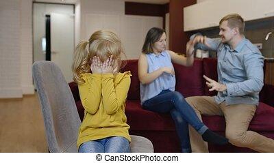 conflit, entre, gosse, pleurer, enfant, querelles, parents, family., souffrance, girl, crise