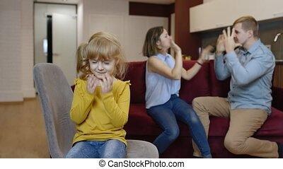 conflit, entre, gosse, pleurer, enfant, querelles, parents, family., souffrance, problèmes, girl