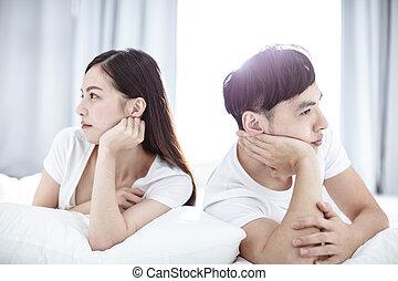 conflit, séance, jeune couple, lit, dos, pendant