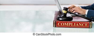conformité, livre, juge, caisse de résonnance, marteau