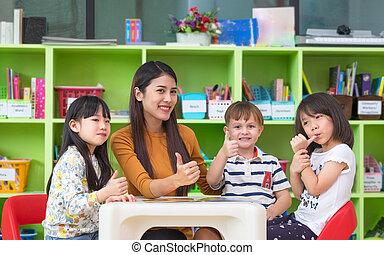 confundir, jardín de la infancia, profesor, concept., hembra, pre, pulgares, asiático, niños, escuela, aula, carrera