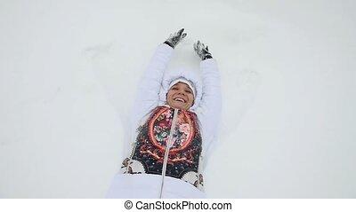 congère, jeune, chute neige, slowmotion., femme, amusement, pendant, a, mensonge, heureux