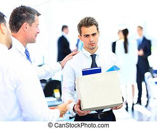congédié, homme affaires, boîte portant