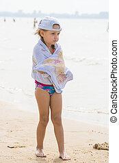 congelado, menina, levantando praia, envolvido uma toalha