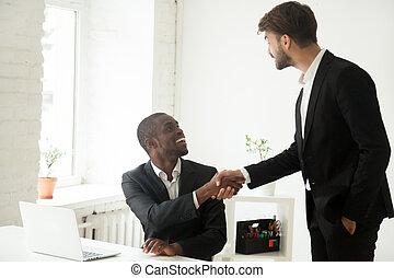 congra, uitvoerend, kaukasisch, dankbaar, afrikaan, werknemer, handshaking