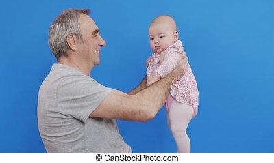 conjugal, homme, jour, désinvolte, caucasien, parent, light., rigolote, heureux, bébé, gosse, peau, sourire, embrasser, gris, grand-père, doux, chevelure, rire, comfort., jeux, ridé, vieux, grandpa., ou