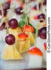 conjunto, de, delicioso, canapes, con, fresa, piña, melón, y, grape.