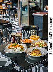 conjunto, de, variedad, alimentos, en, el, restaurante, tabla
