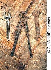 conjunto, de, viejo, llaves inglesas, en, piso de madera