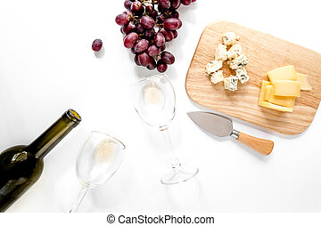 conjunto, para, vino que bebe, con, queso, y, uva roja, blanco, plano de fondo, punta la vista