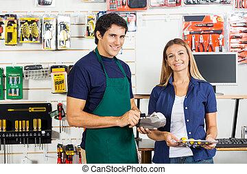 conjunto, trabajador, destornillador, credito, valor en cartera de mujer, golpeando, tarjeta
