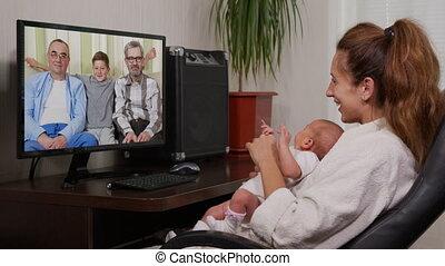connection., bébé, utilisation, grand-père, nourrisson, smartphone, vidéo, avoir, bavarder, apprécier, nouveau né, mère, famille, onduler
