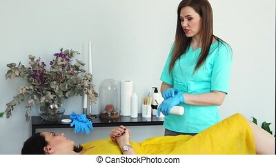 conseille, possibilités, sur, aide, déménagement, cheveux, client, maître, shugaring, girl, procédure