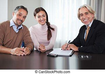 conselheiro financeiro, em, reunião, com, um, par jovem