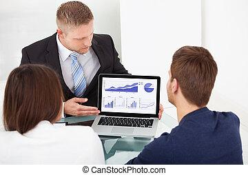 consigliere, spiegando, investimento, piano, a, coppia