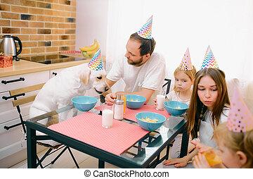 consisted, 母, 子供, birthday, 父, 祝う, 家族, コーカサス人, 犬