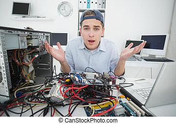 consola, computador portatil, confuso, ingeniero, trabajando...