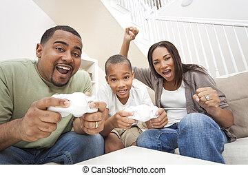 console, jeux, africaine, père, combiné, famille, fils, fils, contrôleurs, applaudissement, américain, informatique, parents, mère, avoir, ensemble, amusement, players., jouer, avoir