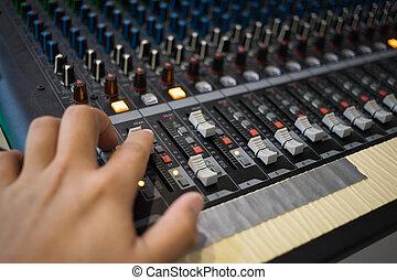 console, tv, ajustar, profissional, mão, transmissão, rádio, maçanetas, misturando, faders, áudio, ou