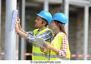 construção, pessoas, usando, eletrônico, tabuleta, ligado, local