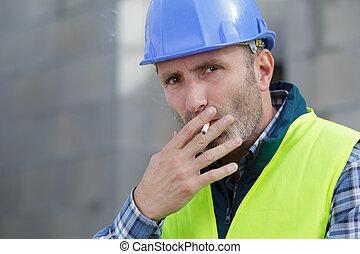 construction, cigarette fumant, site