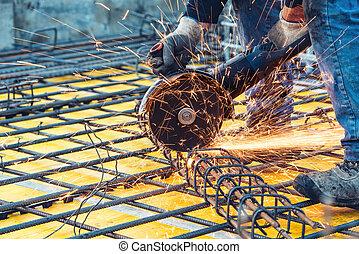 construction, ingénieur, utilisation, a, scie circulaire, découpage, renforcé, acier, et, barres