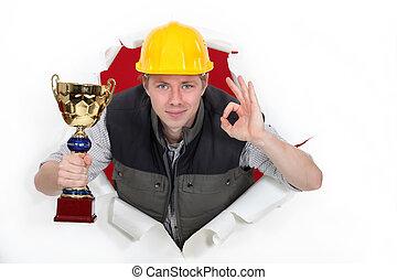 constructor, con, trofeo, elaboración, signo bueno