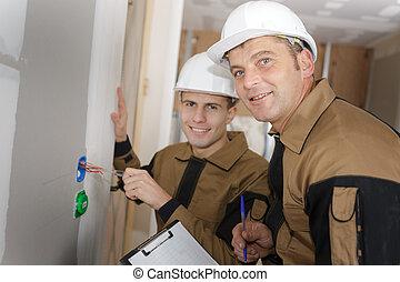 constructor, en, solar, discutir, trabajo, con, aprendiz