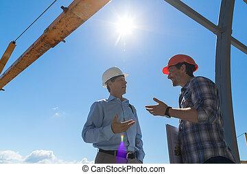 constructor, y, hombre de negocios, discutir, proyecto, reunión, aire libre, en, buiding, constuction, sitio