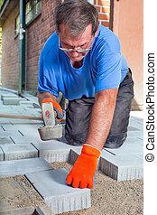 construtor, deitando, um, novo, pátio, chão, em, um, casa