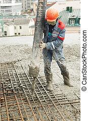 construtor, trabalhador, despejar, concreto, em, forma
