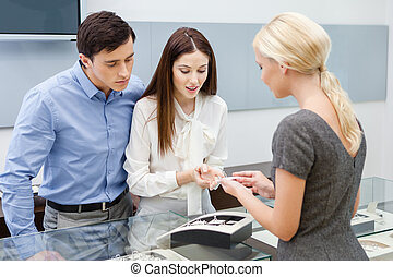 Consultant helps couple to choose jewelry