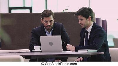 consultant, homme affaires, investisseur, client, présentation affaires, projection