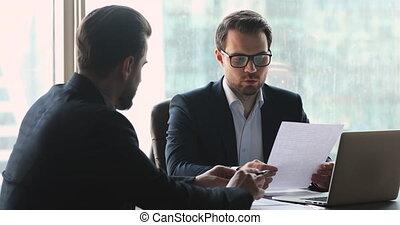 consultant, tenue, investissement, affaires contractent, investisseur, professionnel, réunion, conseiller