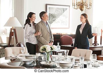 consultar, par, middle-aged, vendas, alegre, enquanto, lhes, escolher, store., escriturário, loja, mobília