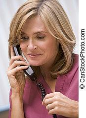 consultor, llamar, cliente, con, buenas noticias