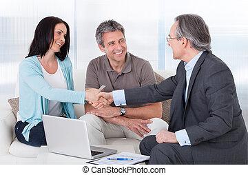 consultor, mulher, apertando mão