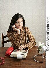 contabilista, retro, mulher, calculadora, negativo, expressão