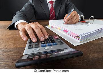 contabilista, verificar, fatura, com, calculadora