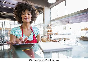 contador, usando, sorrindo, empregado, calculadora