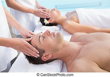 conteúdo, cabeça, par, massagens, poolside, desfrutando