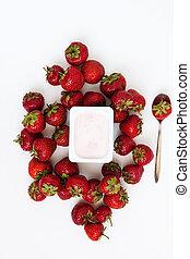 contenitore, isolato, cima, fondo, mucchio, yogurt, fragole fresche, bianco, vista