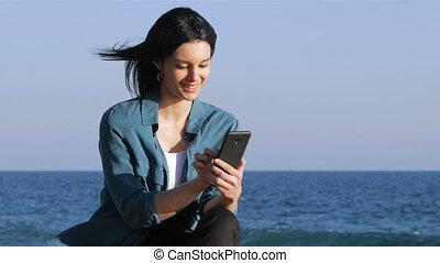 contenu, téléphoner femme, plage, brouter