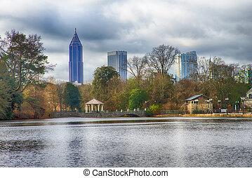 contorno, y, reflexiones, de, centro de la ciudad, atlanta, georgia, en, lago, meer, de, piedmont, park.