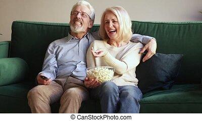 contrôle, éloigné, exposition, tv, couple, regarder, rire, tenue, vieux, heureux