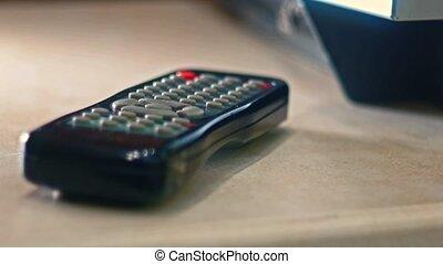 contrôle, éloigné, tv, fermé, main, prendre, table, mâle