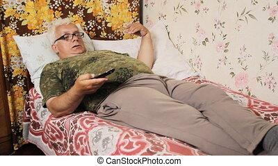 contrôle, éloigné, tv, lit, maison, homme aîné
