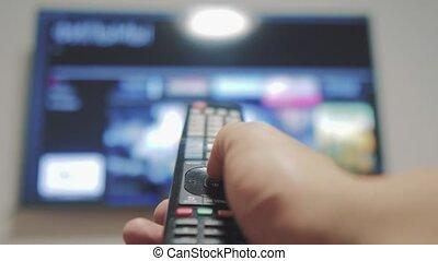 contrôle, concept, éloigné, cinéma, tv, internet, apps, commandes, remote., virage, mâle, style de vie, tenue, ligne, fermé, main, intelligent, homme