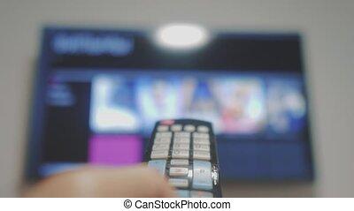 contrôle, concept, fermé, cinéma, tv, main., internet, apps, commandes, remote., virage, tv., mâle, tenue, ligne, style de vie, main, éloigné, intelligent, homme