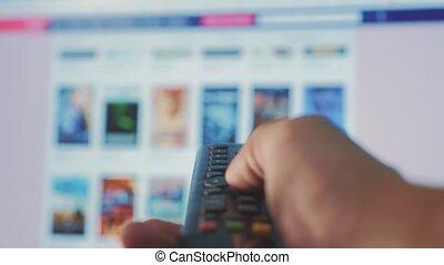 contrôle, concept, service., cinéma, main., remote., ruisseler, vidéo, apps, commandes, tenue, internet, éloigné, intelligent, ligne, main, tv., style de vie, homme, fermé, virage, mâle